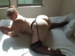 Big ass babe in stockings posing on cam